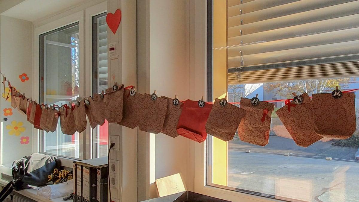 Adventskalender aus einzelnen Tüten an einer langen Schnur.